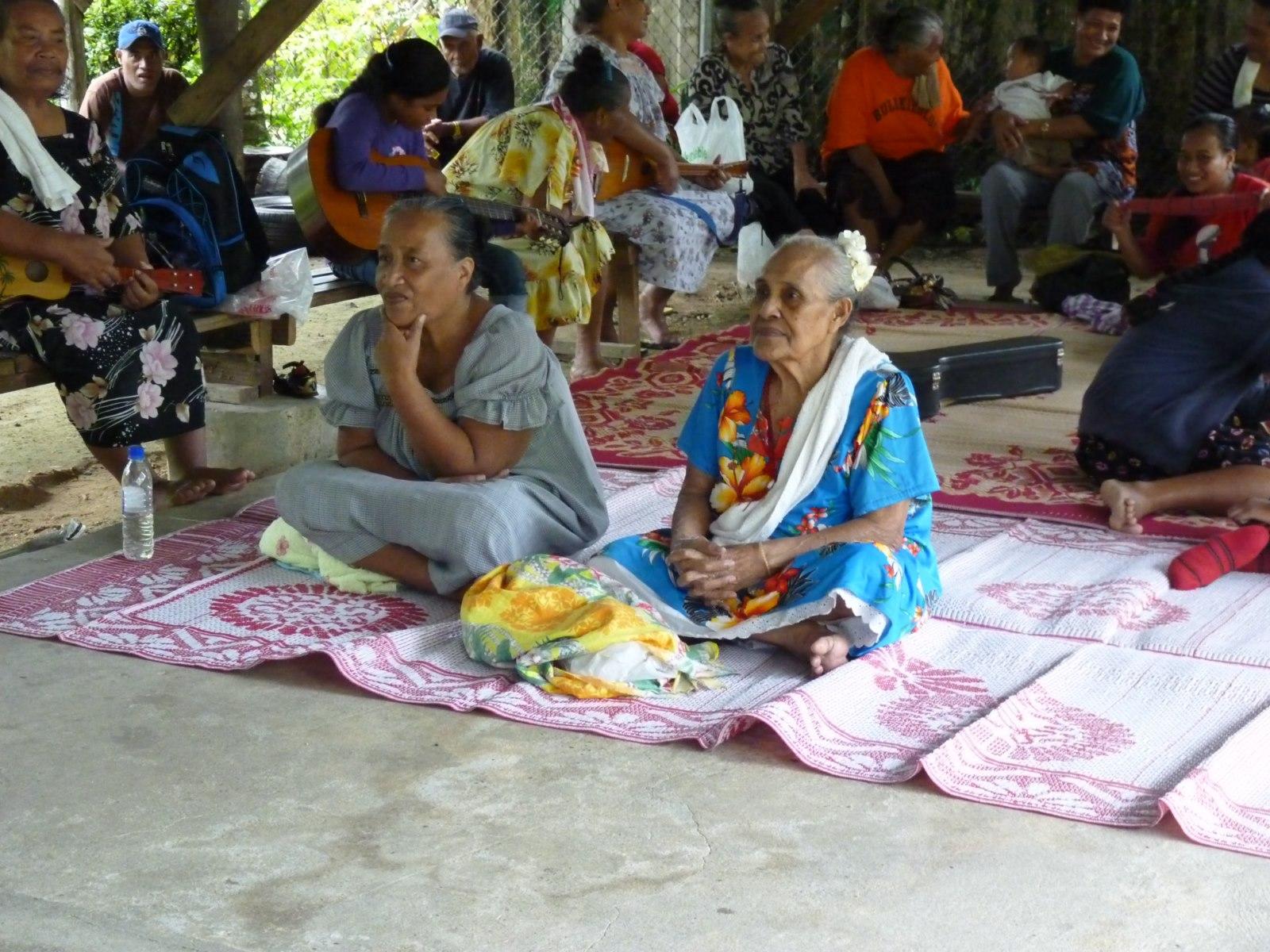 Bijeenkomst met mensen uit de Nukuoro-gemeenschap op Pohnpei.