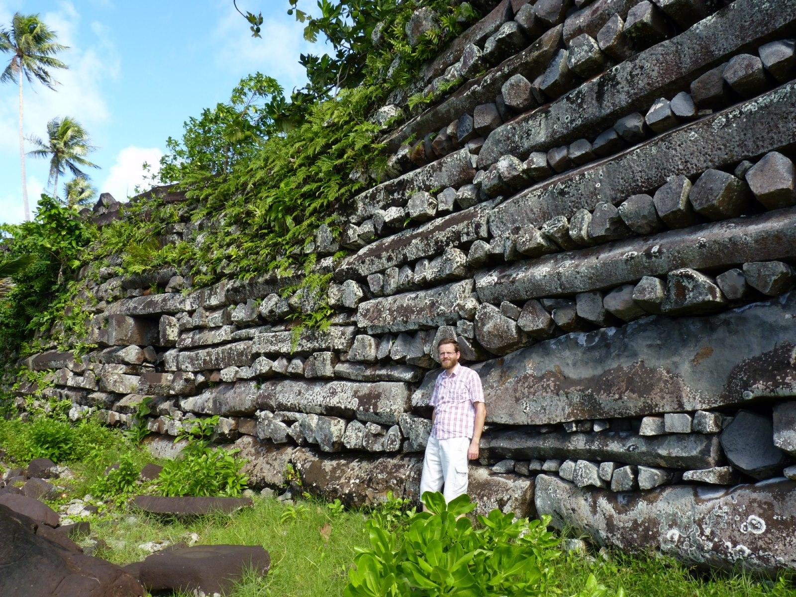 Nan Madol, een gigantisch archeologisch complex op Pohnpei. Net als bij de beelden op Paaseiland is de grote vraag: hoe hebben ze die enorme basaltblokken ooit kunnen verplaatsen?