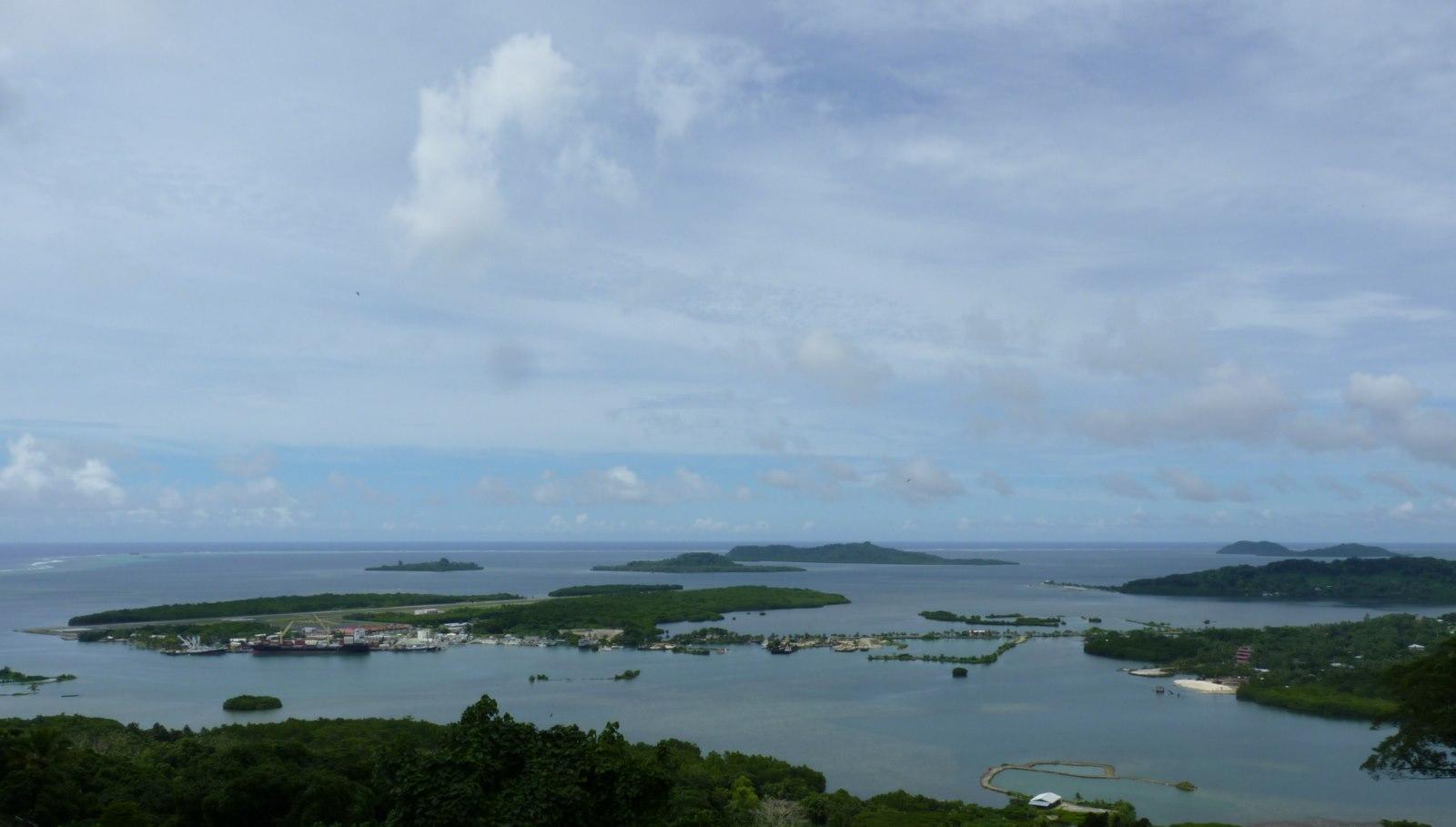 Uitzicht over het vliegveld en de haven van Pohnpei.