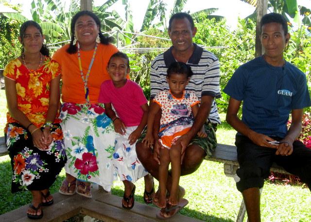 Evelyn en Edmond Teppuri met hun kinderen (vlnr) Lisa, Verolyn, Joylin en Manahave